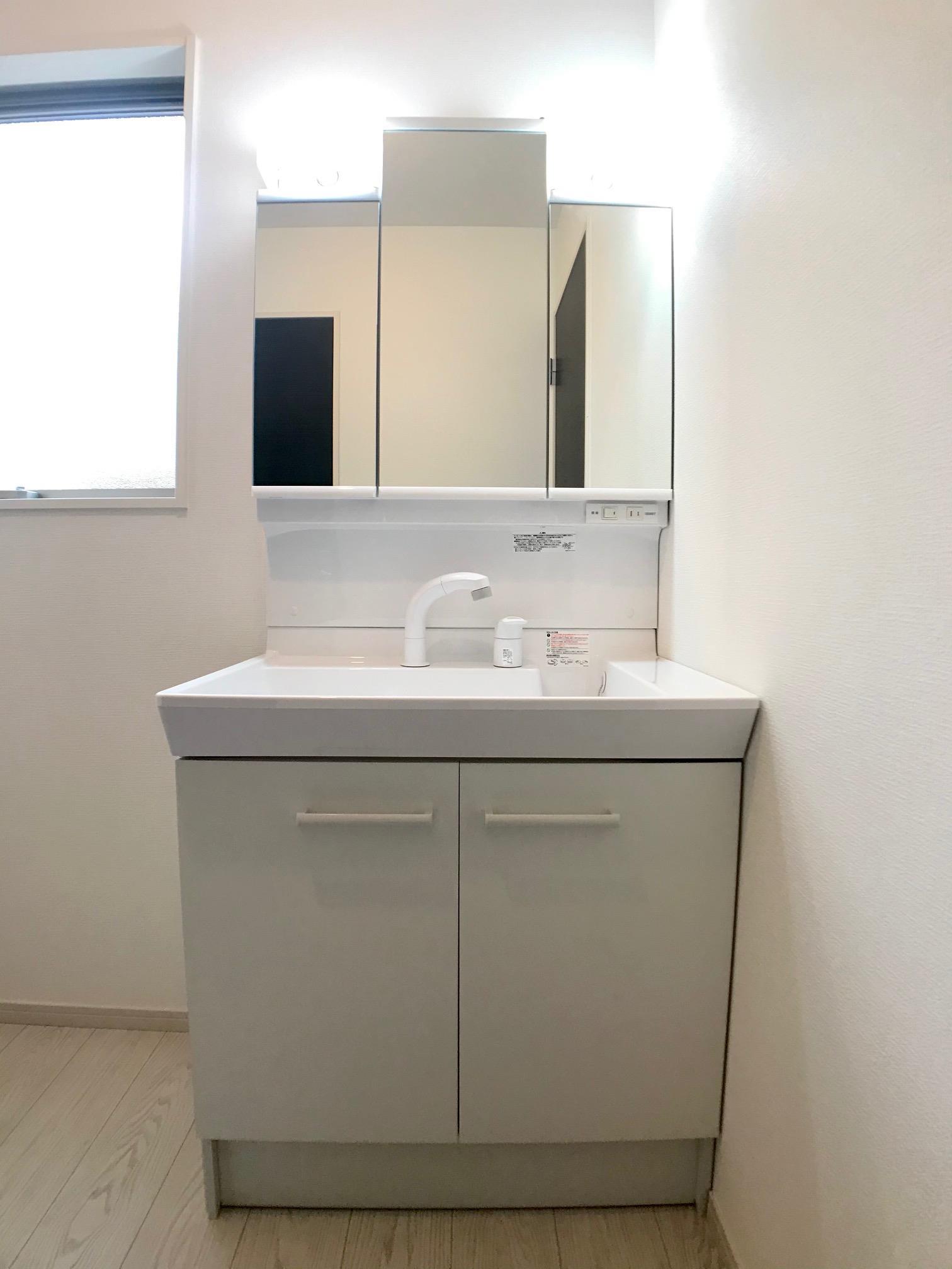 洗面台・洗面所三面鏡の鏡は収納豊富です。鏡の裏側にも、足元の扉も収納スペースになっています。タオルや洗剤、お風呂の掃除用具など生活感を感じさせることなく収納できます。