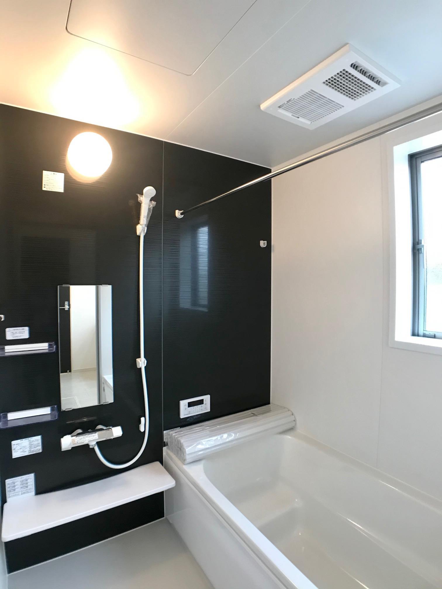 毎日の疲れをいやすお風呂。ホッとくつろげる空間です。一日の疲れを癒すバスルームは広々1坪タイプ!浴室乾燥暖房機のついた充実の設備です。寒い季節にはヒートショック予防にもなります。