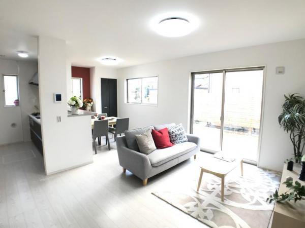 LDKは清潔感溢れるホワイトで統一されており、太陽の光を反射し、いつも室内を明るく保つことができます。どんな家具や小物の色でも合わせやすいのが嬉しいですよね。  ☆2021.1.8撮影