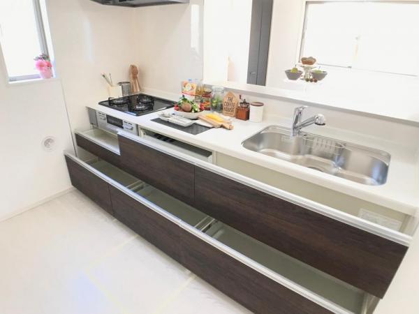 大収納スライド式、人気のカウンターキッチンです!調理器具もたっぷり入ります。  ☆2021.1.8撮影