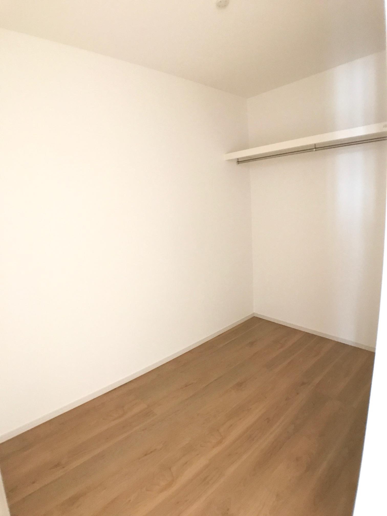ウォークインクローゼット〈2号棟〉2階には2つのウォークインクローゼットが完備されています。扉の無いウォークインクローゼットは出入りが楽々ですよね♪洋服やバック等をたっぷり収納できます。  ☆2020.9.15撮影