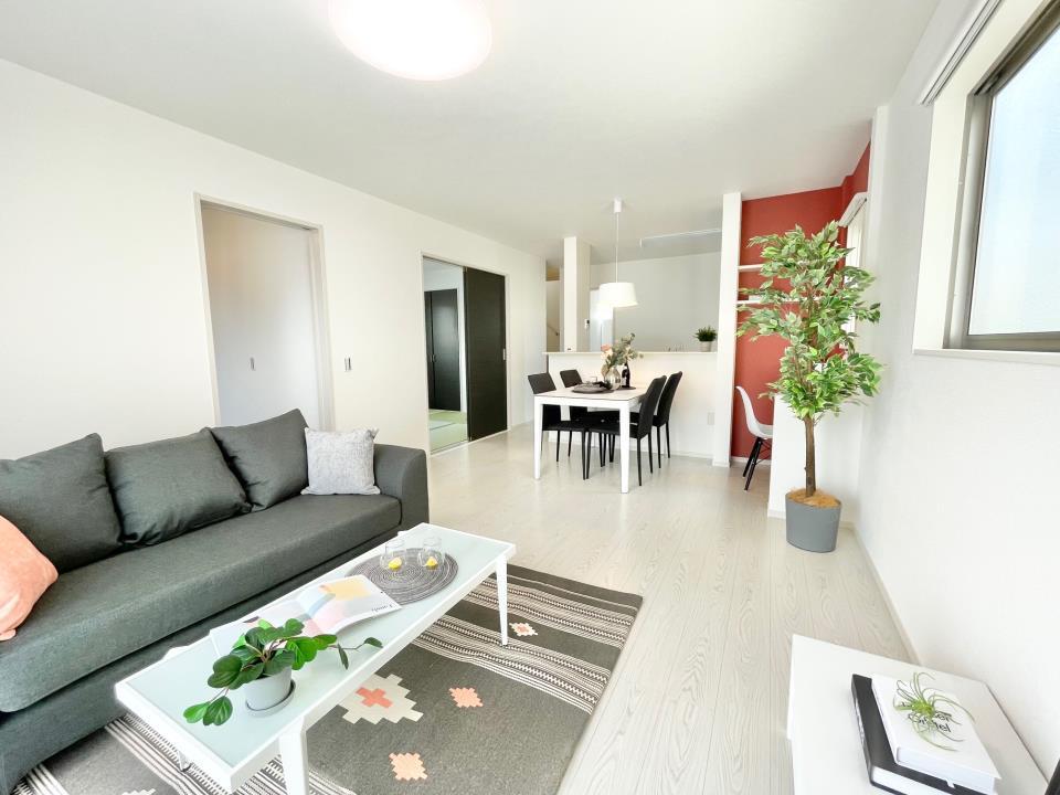 同仕様写真(リビング)リビング(※4号棟同仕様写真)  LDKは清潔感溢れるホワイトで統一されており、太陽の光を反射し、いつも室内を明るく保つことができます。どんな家具や小物の色でも合わせやすいのが嬉しいですよね。