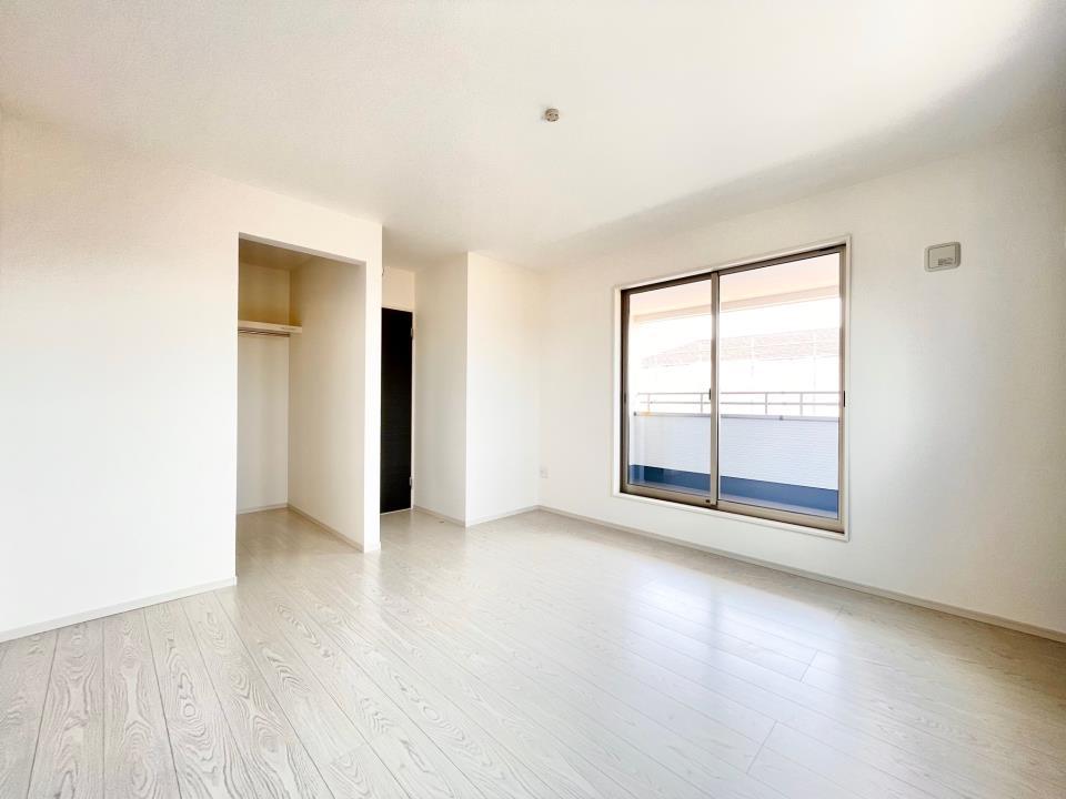 全居室に収納が付いているのでスッキリ広々☆また、ウォークインクローゼットが付いているお部屋もあるので、お部屋をキレイに保てます♪