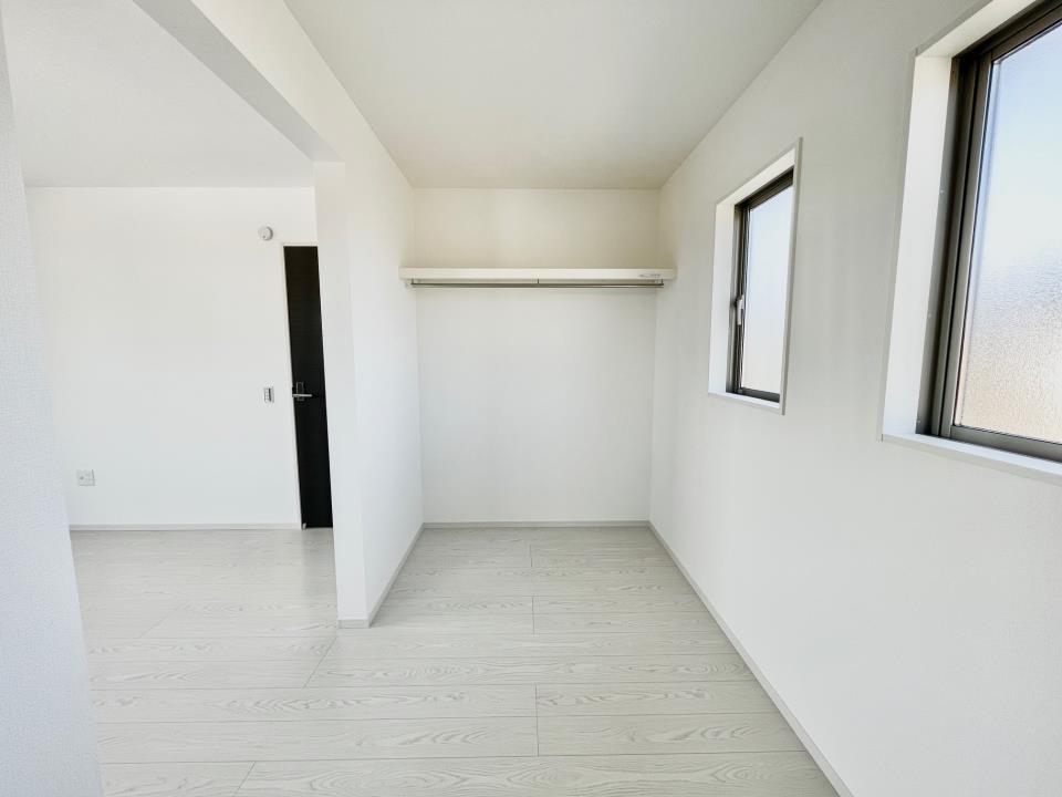 同仕様写真(キッチン)冷蔵庫や電子レンジなどの家電を置いても余裕があるスペースです。