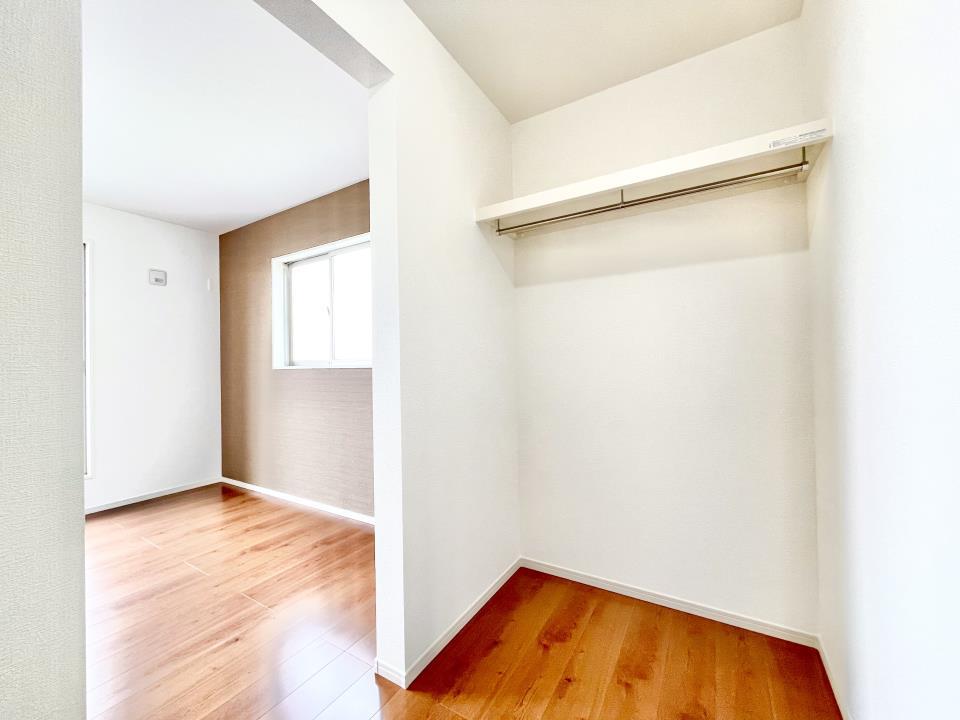 各居室に収納付き。クローゼット式なので生活感を感じさせず、上手に収納することが出来ます。大容量なので季節外の服も収納することができ、とっても便利です。2号棟
