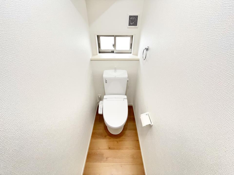 白を基調としシンプルなデザインです!  1階と2階に設けていますので、忙しい時も安心です。