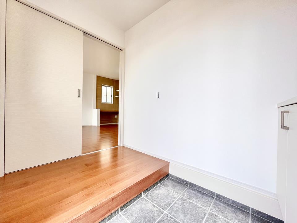 毎日の「いってらっしゃい」や「お帰りなさい」を大切なご家族と過ごす玄関は〈使いやすさ〉を追求しております。玄関横の物入は急な来客時でもさっとお片付けできるスペースを確保しています。