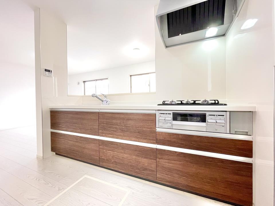 キッチン視点からのリビングです♪対面式のキッチンなので、出来上がった料理をダイニングにいるパパやお子様にそのまま手渡しすることができます。