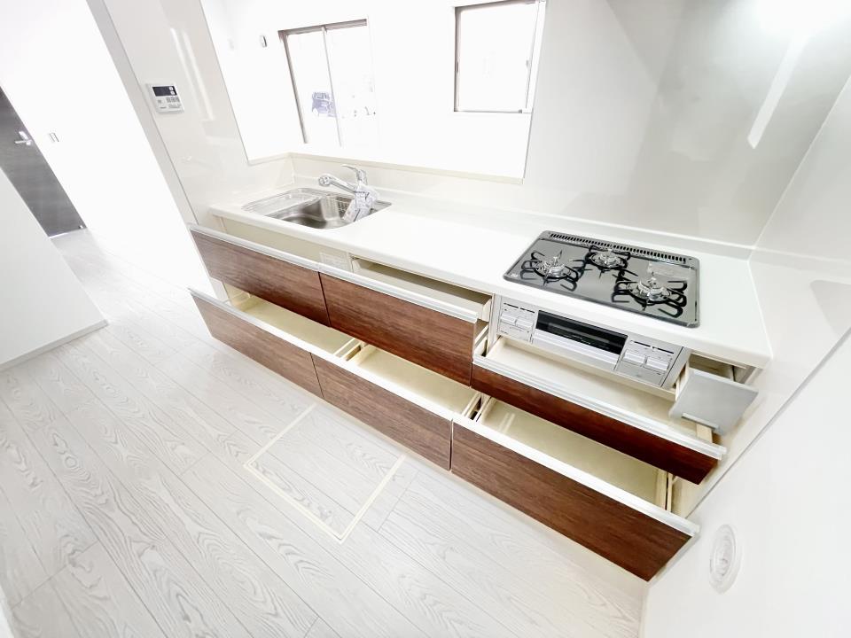 冷蔵庫や電子レンジなどの家電を置いても余裕があるスペースです。