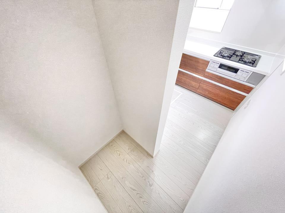 洗面台・洗面所洗面台には三面鏡と収納スペースがございます♪ドライヤーや詰め替えシャンプーの予備なども収納できます♪