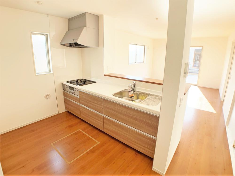 キッチンは家族の大切なコミュニケーション空間。料理をしながら、後片付けをしながら会話が弾みます。リビングが見渡せるので小さいお子様がいても安心です。  室内(2020年12月)撮影