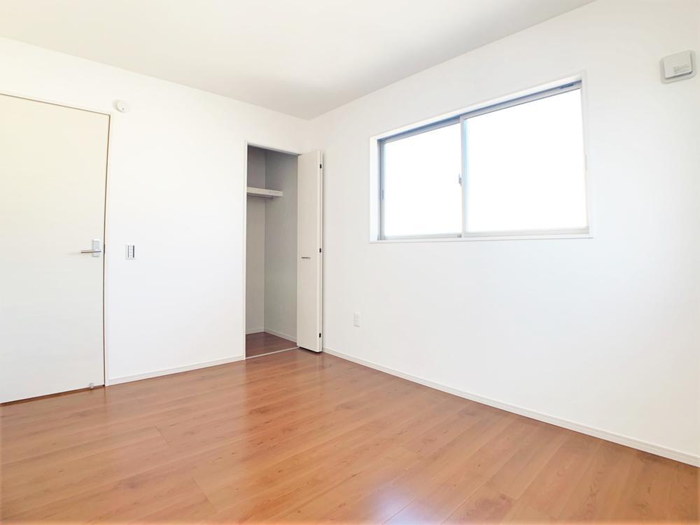 各居室に収納付き。クローゼット式なので生活感を感じさせず、上手に収納することが出来ます。大容量なので季節外の服も収納することができ、とっても便利です。  室内(2020年12月)撮影