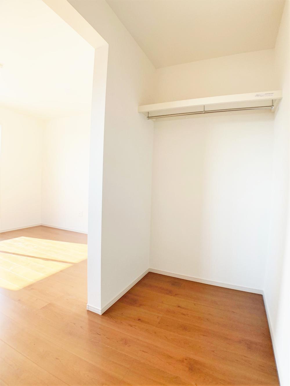 扉の無いウォークインクローゼットは出入りが楽々♪洋服やバッグ等をたっぷり収納できます。お部屋がすっきり片付き、朝の身支度もスムーズに行えます。  室内(2020年12月)撮影