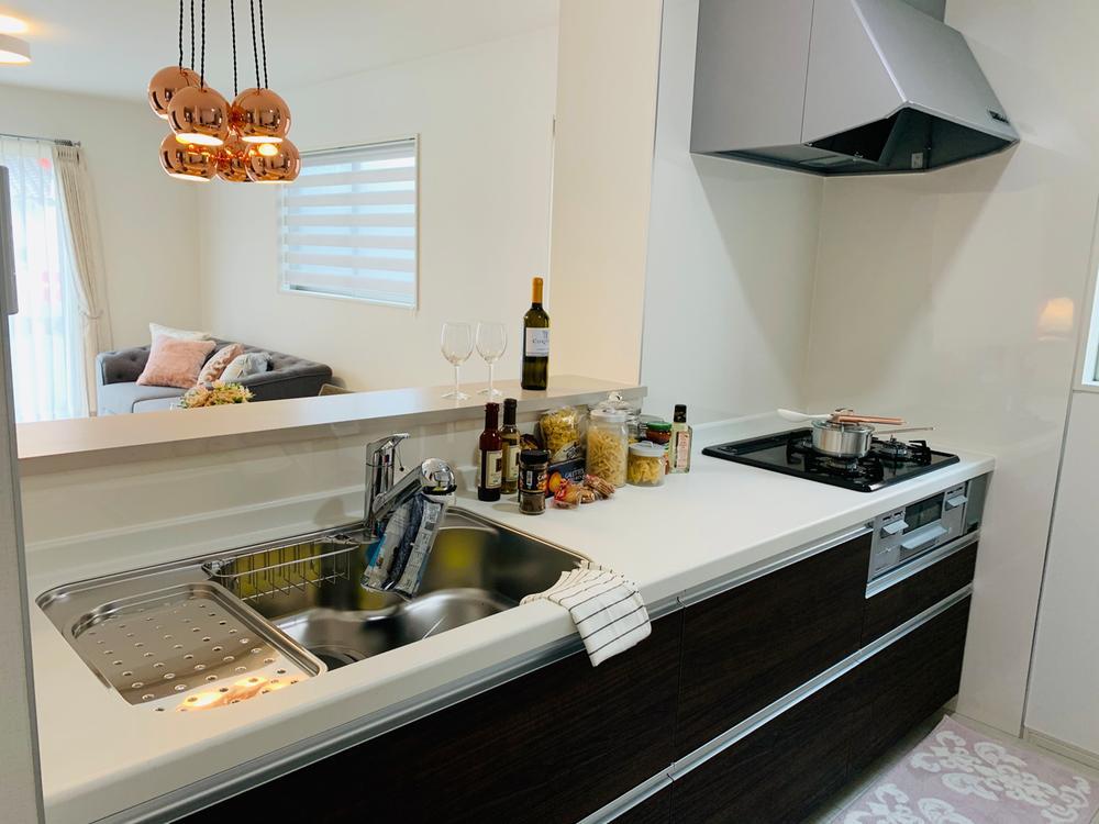 お洒落なカフェカウンターは見た目だけでなく機能性もあります。家族との距離が縮まり、料理をしていてもLDKには一体感が生まれます。  室内(2020年8月)撮影