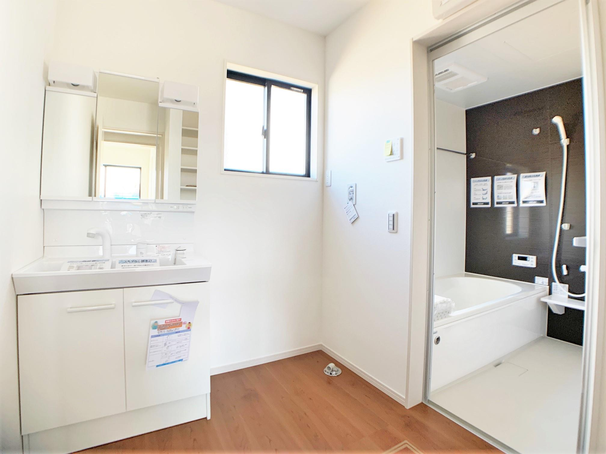 洗面台・洗面所三面鏡洗面化粧台。朝の忙しい時にも安心のシャンプードレッサーです