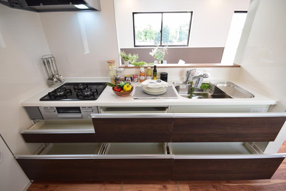 広々とした使いやすいキッチン。カウンターが広いので作業がしやすく、またシンクやコンロなどのお手入れのしやすい仕様です。