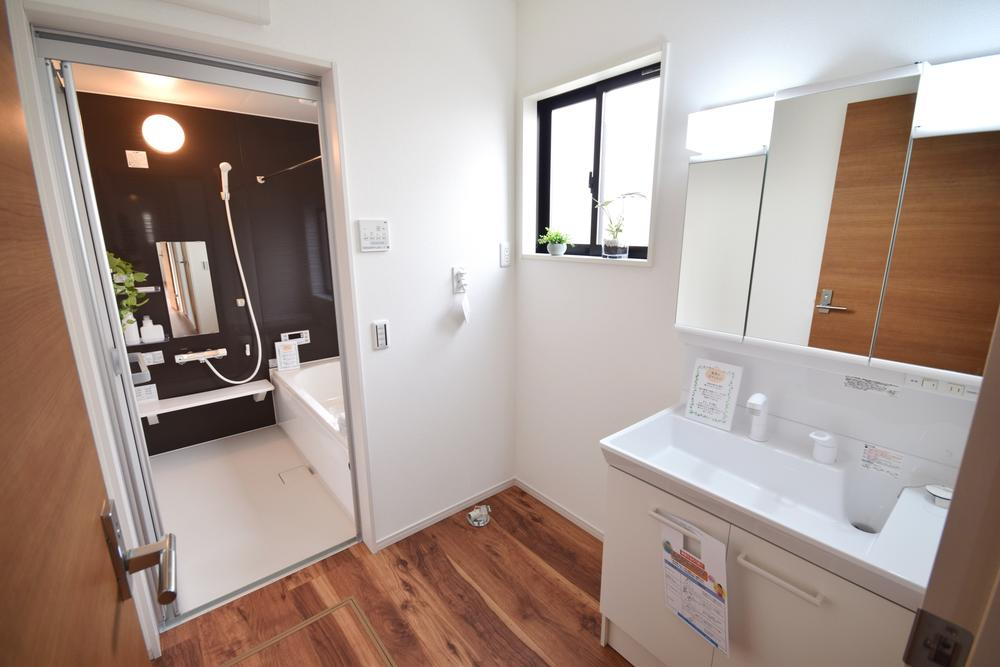 洗面台・洗面所洗面脱衣所には使いやすい三面鏡の洗面台を設置しました。鏡の裏側には便利な収納スペースもついており、使いやすい仕様です。