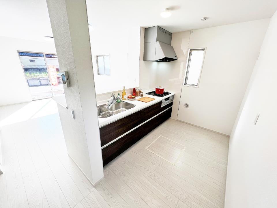 LDKは清潔感溢れるホワイトで統一されており、太陽の光を反射し、いつも室内を明るく保つことができます。どんな家具や小物の色でも合わせやすいのが嬉しいですよね。