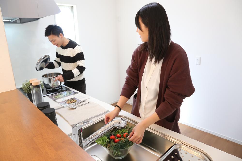 同仕様写真(キッチン)広々しているキッチンなので、ご家族と一緒にお料理をすることもできます。また、カウンターがあるので出来上がった料理を置いて、ダイニングに運ぶのを手伝ってもらえます。