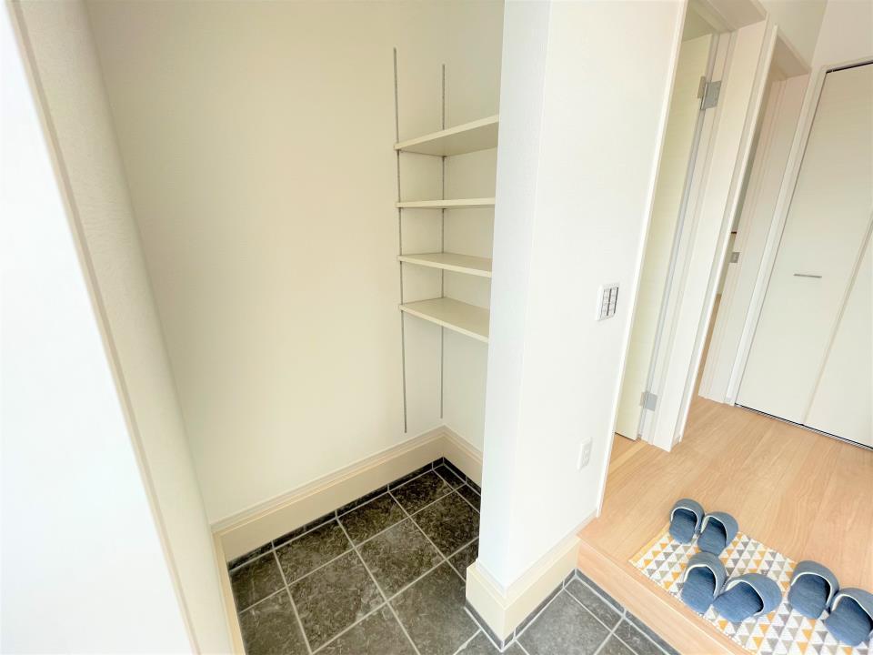 洗面台・洗面所手入れしやすく使いやすい3面鏡付きの洗面台。収納スペースも広く洗剤や掃除道具を収納できます。