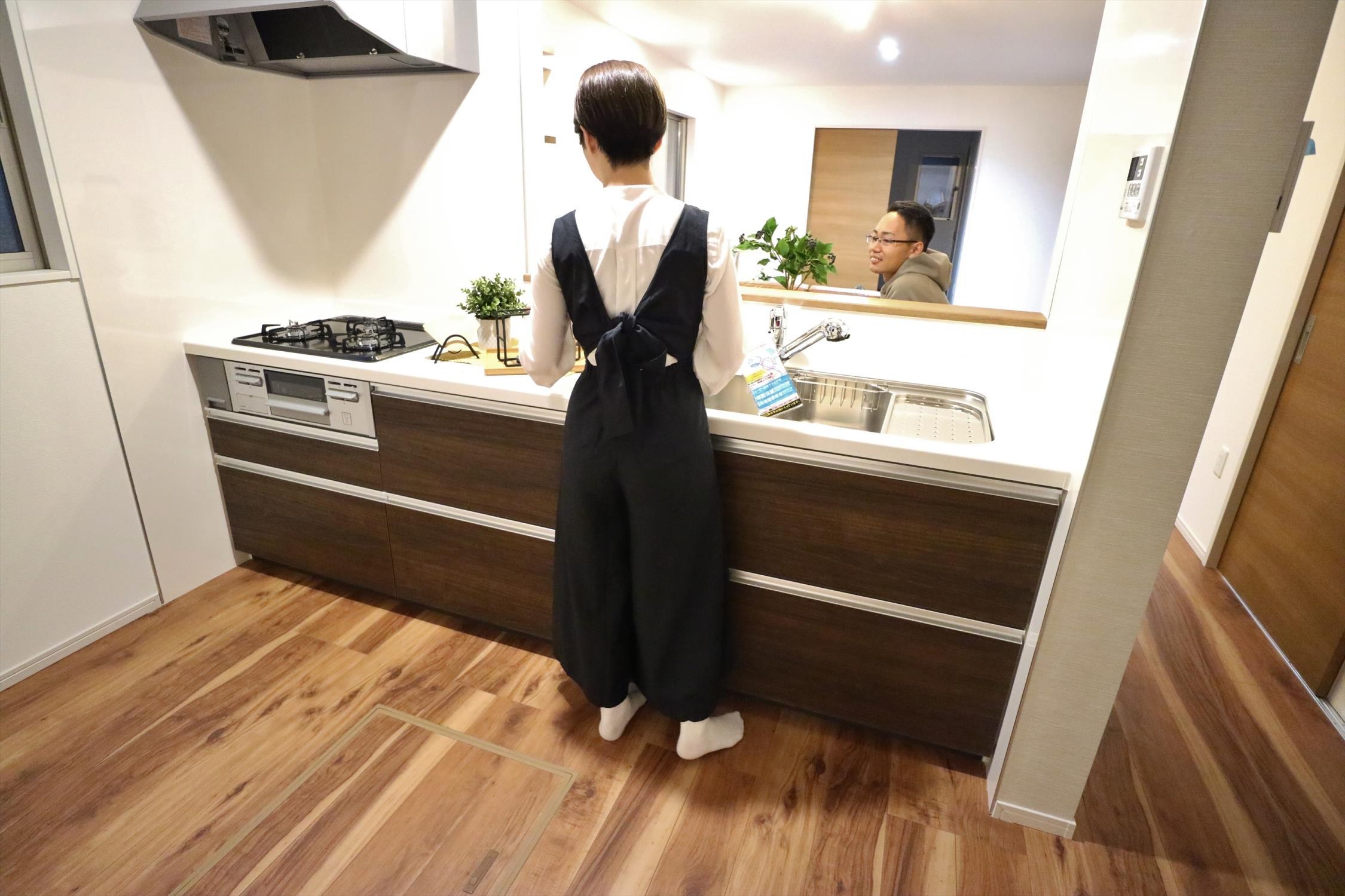 お料理ができたら「これ運んで~♪」と手渡しが出来ます。対面キッチンなのでリビングと一体感があり、広々とした空間の中で楽しく食事やお菓子作りが出来ますね♪