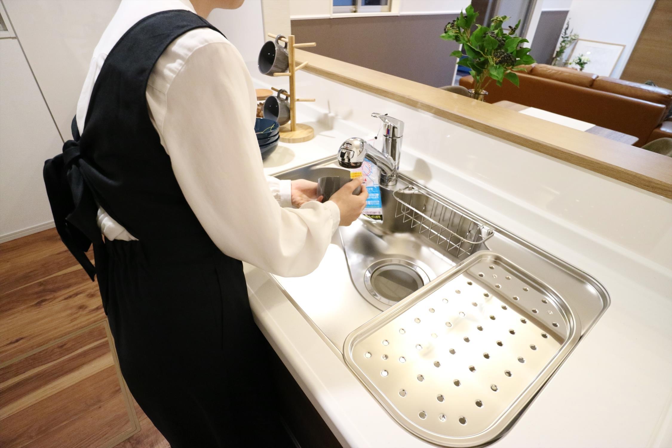 食器や野菜などの水洗いがスムーズにこなせるハンドシャワーのついた水栓。浄水器一体型なので便利です。