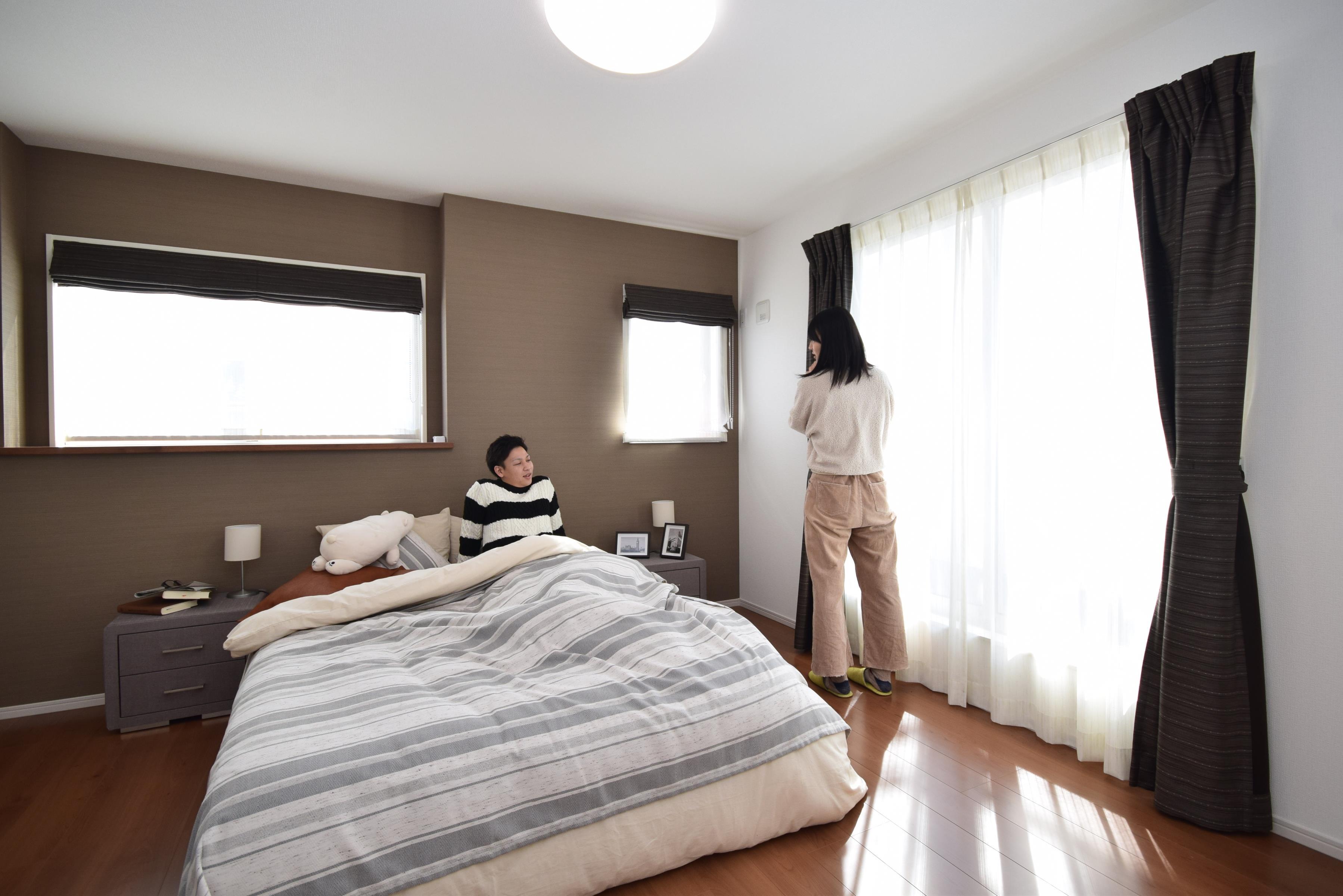 寝室「今日も一日お疲れ様」とご夫婦でゆったりくつろげる寝室。毎日の家事やお仕事に疲れた日はフカフカのベットで癒されてください。テレビや本棚をおいても快適な広さなのが自慢のお部屋です♪