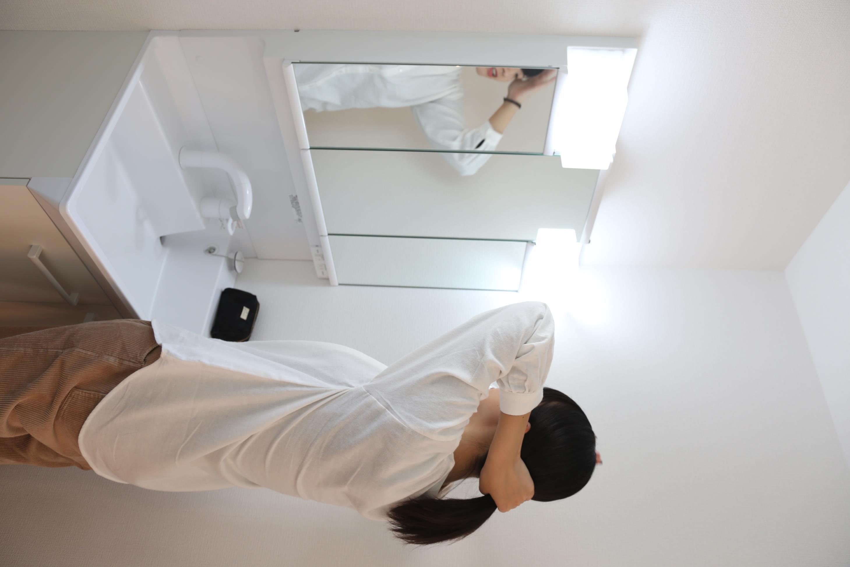 洗面台・洗面所お手入れしやすく使いやすい3面鏡付きの洗面台。収納スペースも広く、洗剤や掃除道具をたっぷりと収納できます。