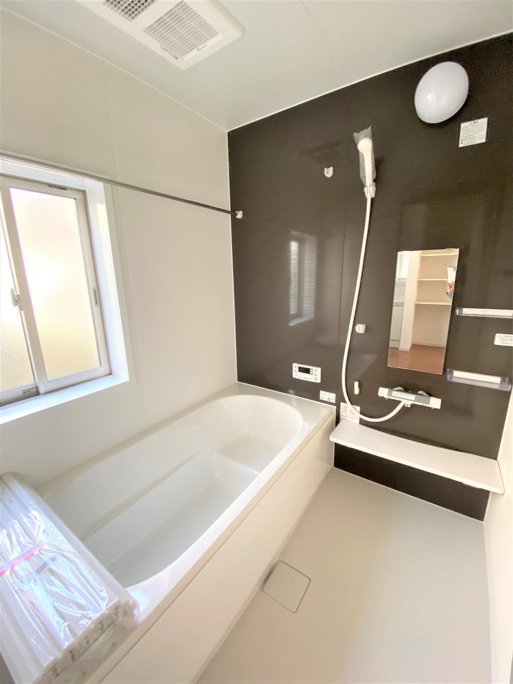 2号棟・バスルーム  ●1坪タイプのバスルームは脚が充分に伸ばせる広さ!エコベンチ浴槽で、半身浴もできます。浴室暖房乾燥機付なので冬でも暖かく、雨の日でも洗濯物を乾かすことができます♪