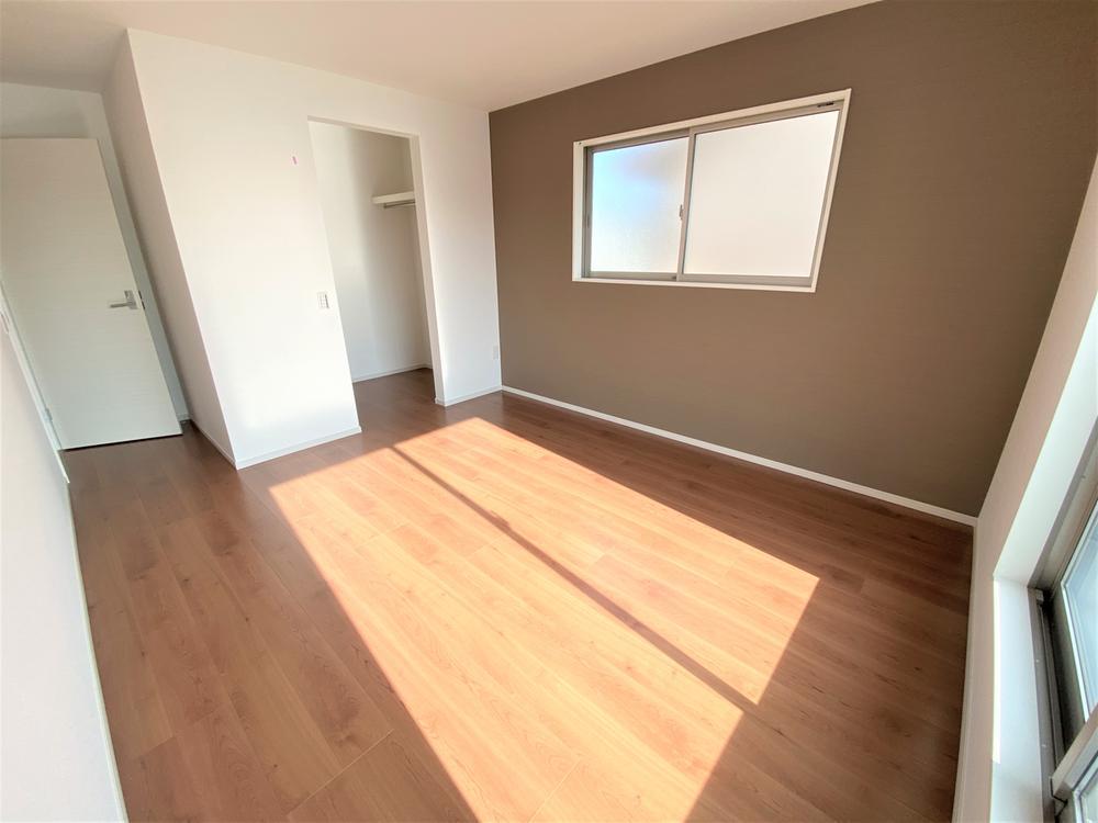 2号棟・洋室  ●2階、7.7帖の洋室です。ダブルベッドを置ける広さを確保!家事やお仕事にお疲れなパパ・ママがゆっくり過ごせる空間です♪広々としたWIC収納つきです。