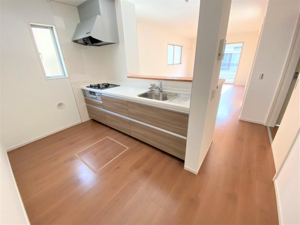2号棟・キッチン  ●大収納スライド式のカウンターキッチンです!調理用具や食器もたっぷり入ります。対面式なので、お料理をしながらリビングにいるお子様を見守ることができます♪