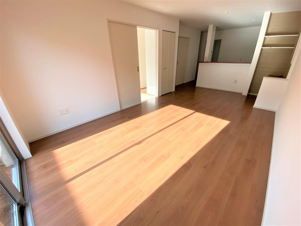 2号棟・リビング  ●キッチンからダイニング、リビング、和室と空間の繋がりを配慮した設計。いつでも家族の気配を感じることができ、コミュニケーションが増える間取りです♪