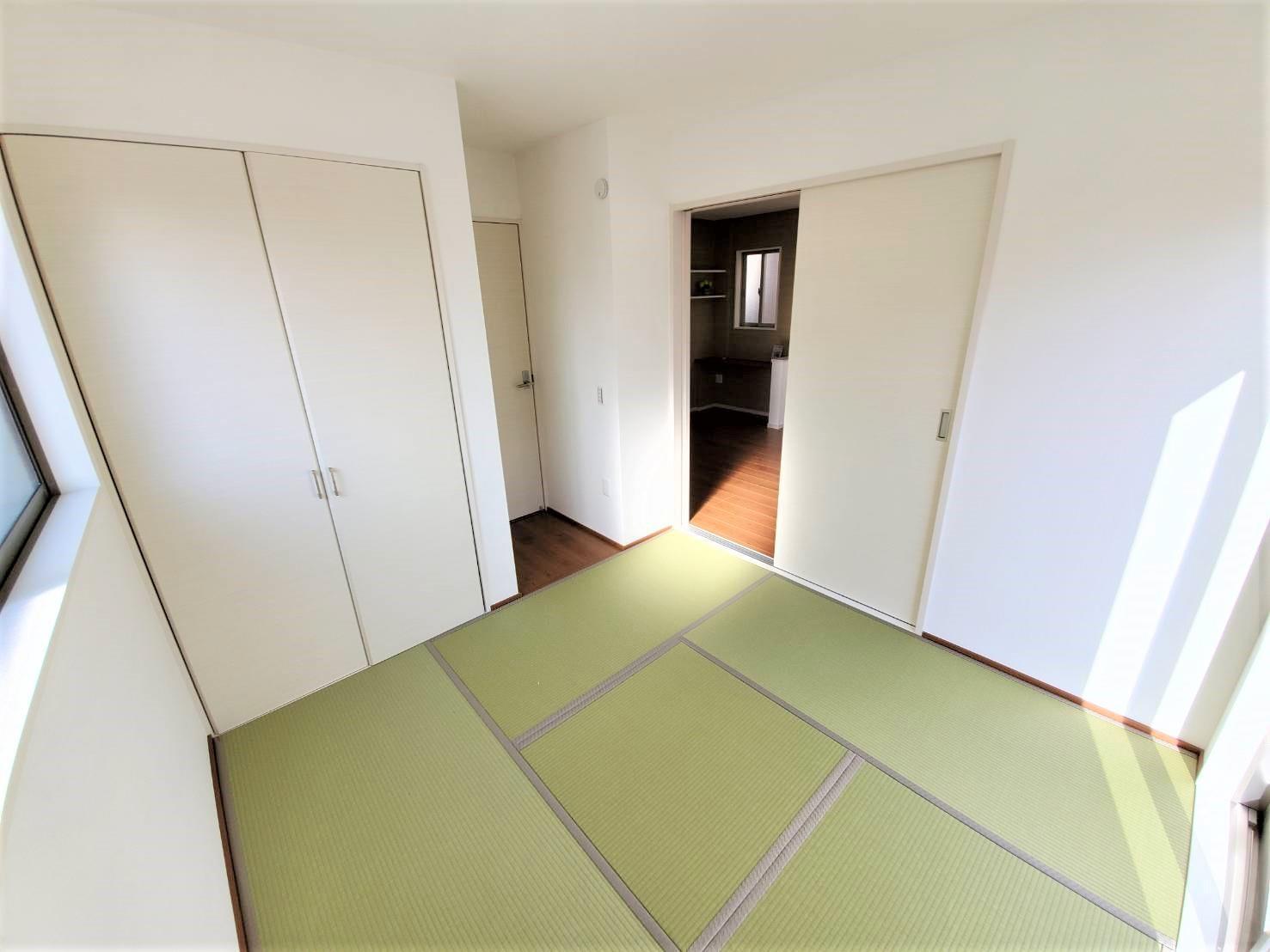 2号棟・和室  ●1階、リビングと隣接する和室は、お子さまの遊び場&お昼寝スペース、ママの家事室、パパの書斎としても…用途は無限大♪あると嬉しいプラスワンの空間です。