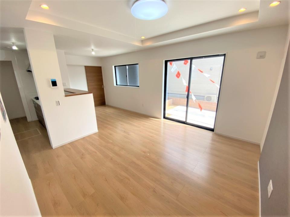 1号棟・リビング  ●柔らかく空間を照らし、室内をすっきり魅せるダウンライト。折上天井のリビングは立体感のインテリアを演出し、居心地の良い空間を生み出します♪