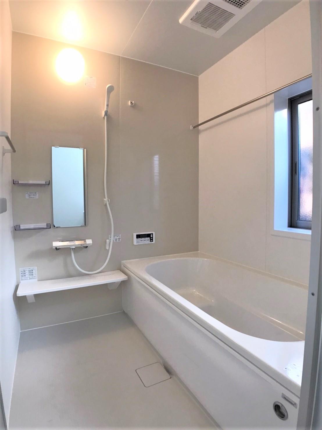 1号棟・バスルーム  ●1坪タイプのバスルームは脚が充分に伸ばせる広さ!エコベンチ浴槽で、半身浴もできます。浴室暖房乾燥機付なので冬でも暖かく、雨の日でも洗濯物を乾かすことができます♪
