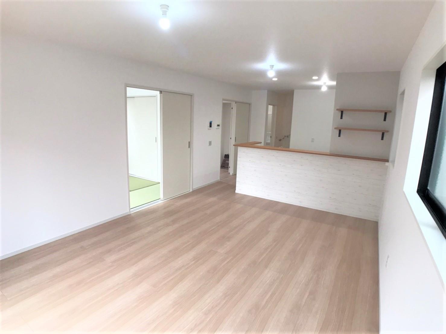1号棟・リビング  ●キッチンからダイニング、リビング、和室と空間の繋がりを配慮した設計。いつでも家族の気配を感じることができ、コミュニケーションが増える間取りです♪