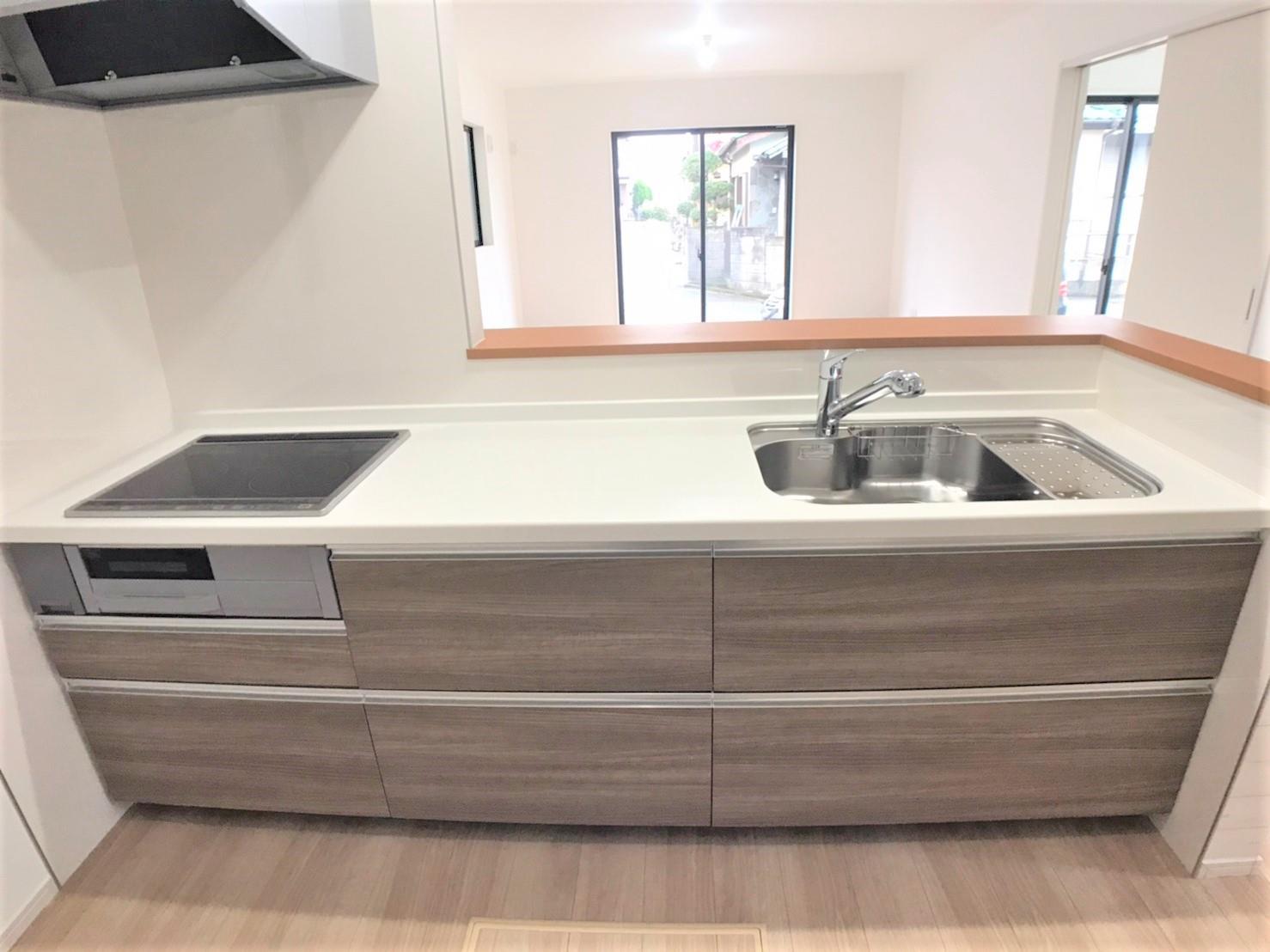 1号棟・キッチン  ●キッチンワークトップの天板は傷がつきにくく、美しい人造大理石仕上。日頃のお手入れもラクラクに行えます♪シンクは水ハネ音が軽減される、静音設計です。