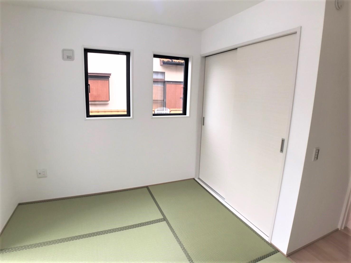 1号棟・和室  ●1階、6帖の和室は、お子さまの遊び場&お昼寝スペース、ママの家事室、パパの書斎としても…用途は無限大♪あると嬉しいプラスワンの空間です。便利な室内物干し場を設けています♪