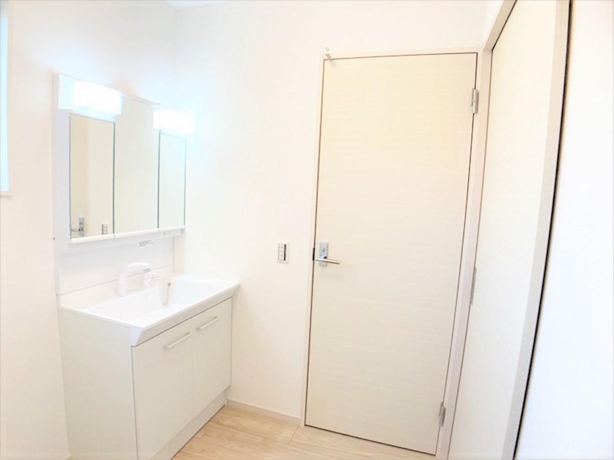 洗面台・洗面所【家事動線の考えられた洗面脱衣室♪】  二方向から出入りできる洗面脱衣室で家事の効率もアップ♪三面鏡の洗面台で朝の身支度も楽ちんです♪三面鏡裏には収納スペースもございます♪