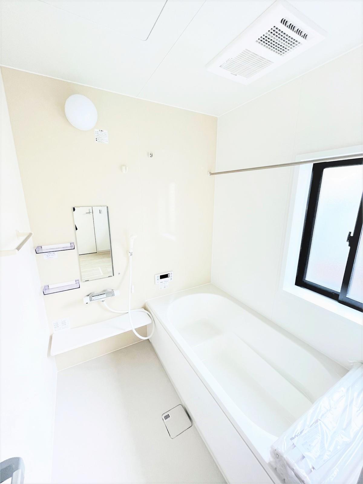 浴室【ゆったりくつろげるベンチ付き浴槽♪】  ベンチ付きの浴槽で気軽に半身浴も楽しめます♪浴室乾燥機を標準で設置しているので毎日の換気はもちろん、雨の日のお洗濯にも便利です♪