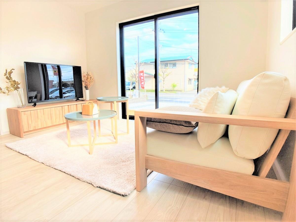 リビング【16帖の広々リビング♪】  テレビやソファなどの大き目の家具を置いても余裕のある広々リビングです♪家具を展示中ですので住んでからの生活をイメージしやすくなっています♪