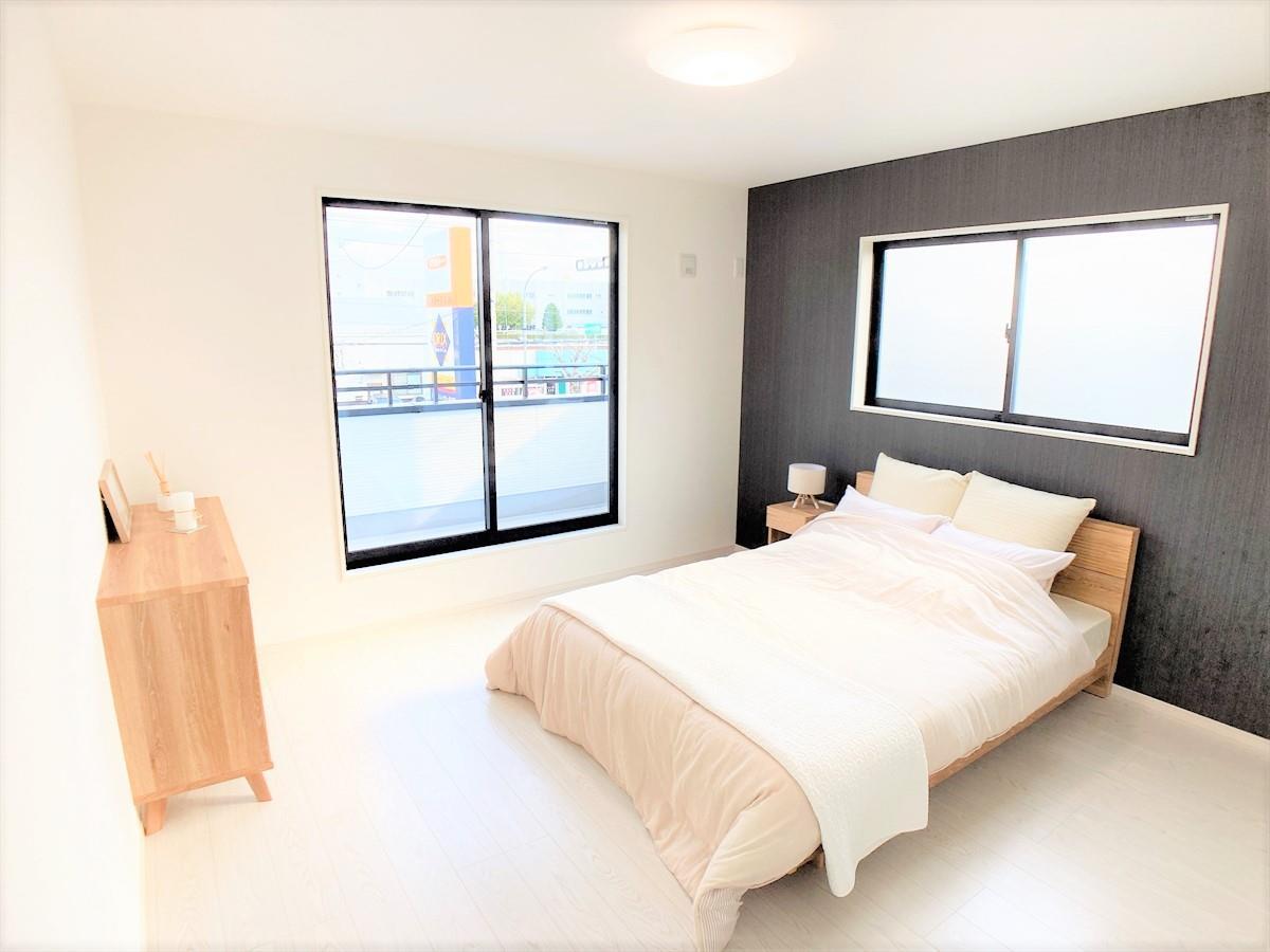 リビング以外の居室【W.I.C付きの広々主寝室♪】  ベッドなどを置いても余裕のある8.7帖の広々主寝室です♪一番大きなウォークインクローゼットがついているのでお洋服などもすっきりと収納できますね♪