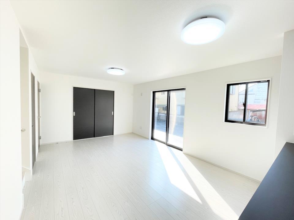 同仕様写真(リビング)イメージ画像|リビングダイニング|LDKは清潔感溢れるカラーで統一されており、太陽の光を反射しいつも明るい室内を保つことができます。窓から射し込む陽射しが縦横に広がり、あたたかな空間が形づくられています