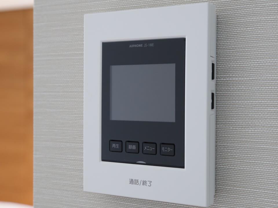 防犯設備(【TVモニター付インターホン】)留守中の来訪者画像をモニター親機に自動で録画・保存(静止画:30件)できる録画機能を内蔵。