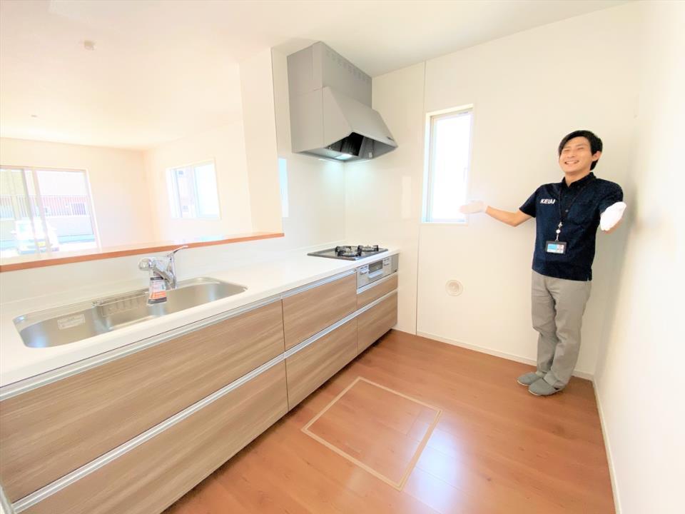 同仕様写真(キッチン)【イメージ画像】 キッチン 大きな鍋やフライパンを収納できるスライド収納が完備されています。また、カウンターが広いので作業がしやすく、シンクやコンロなどのお手入れがしやすい仕様です。