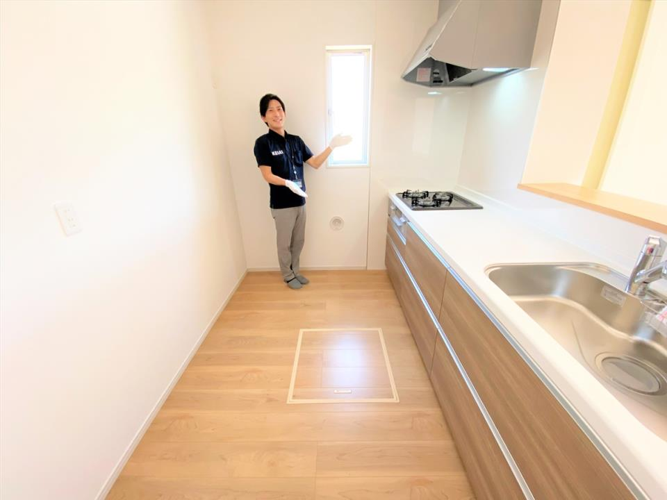 同仕様写真(キッチン)【イメージ画像】 キッチン|大きな鍋やフライパンを収納できるスライド収納が完備されています。また、カウンターが広いので作業がしやすく、シンクやコンロなどのお手入れがしやすい仕様です。