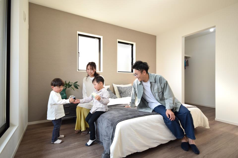ダブルベッドを置いても充分な広さを2Fのお部屋に設けております。お子様と家族みんなで寝るのも夢じゃありません♪窓からは光が差し込むので日中でも明るいお部屋です。
