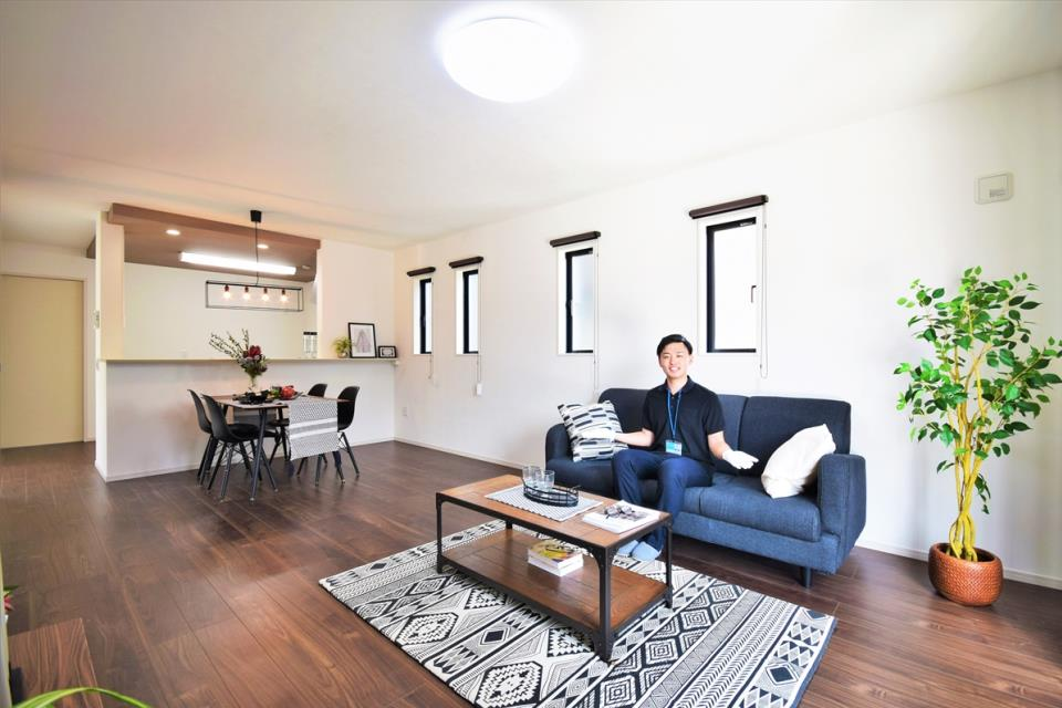 6帖の和室は明るい陽射しが差し込む、天井吹き抜けを設けた間取り。開放感いっぱいの空間です。