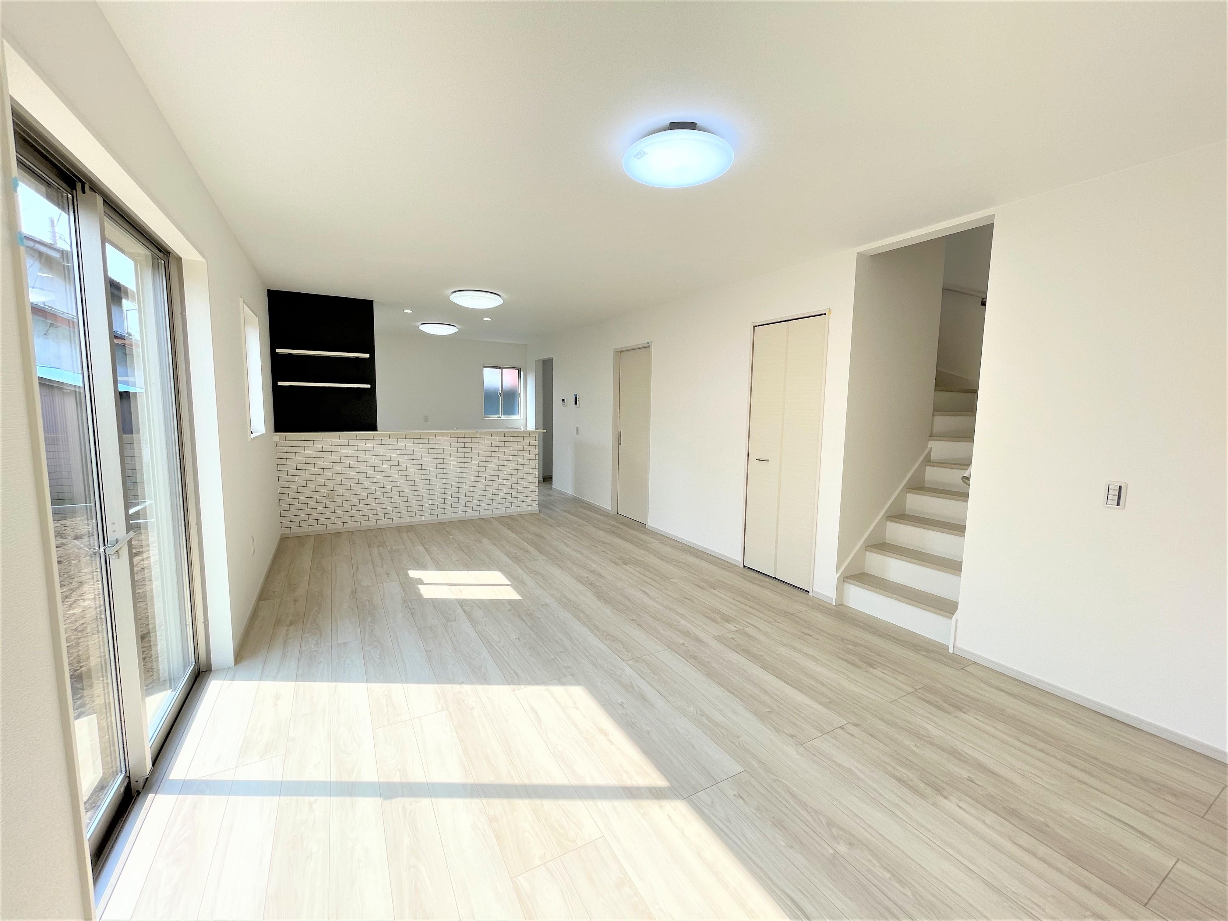清潔感溢れるホワイトで統一されており、太陽の光を反射し、いつも室内を明るくしてくれます。また、リビングイン階段なら自然と家族が顔を合わせることができるので、コミュニケーションがとりやすいプランです。