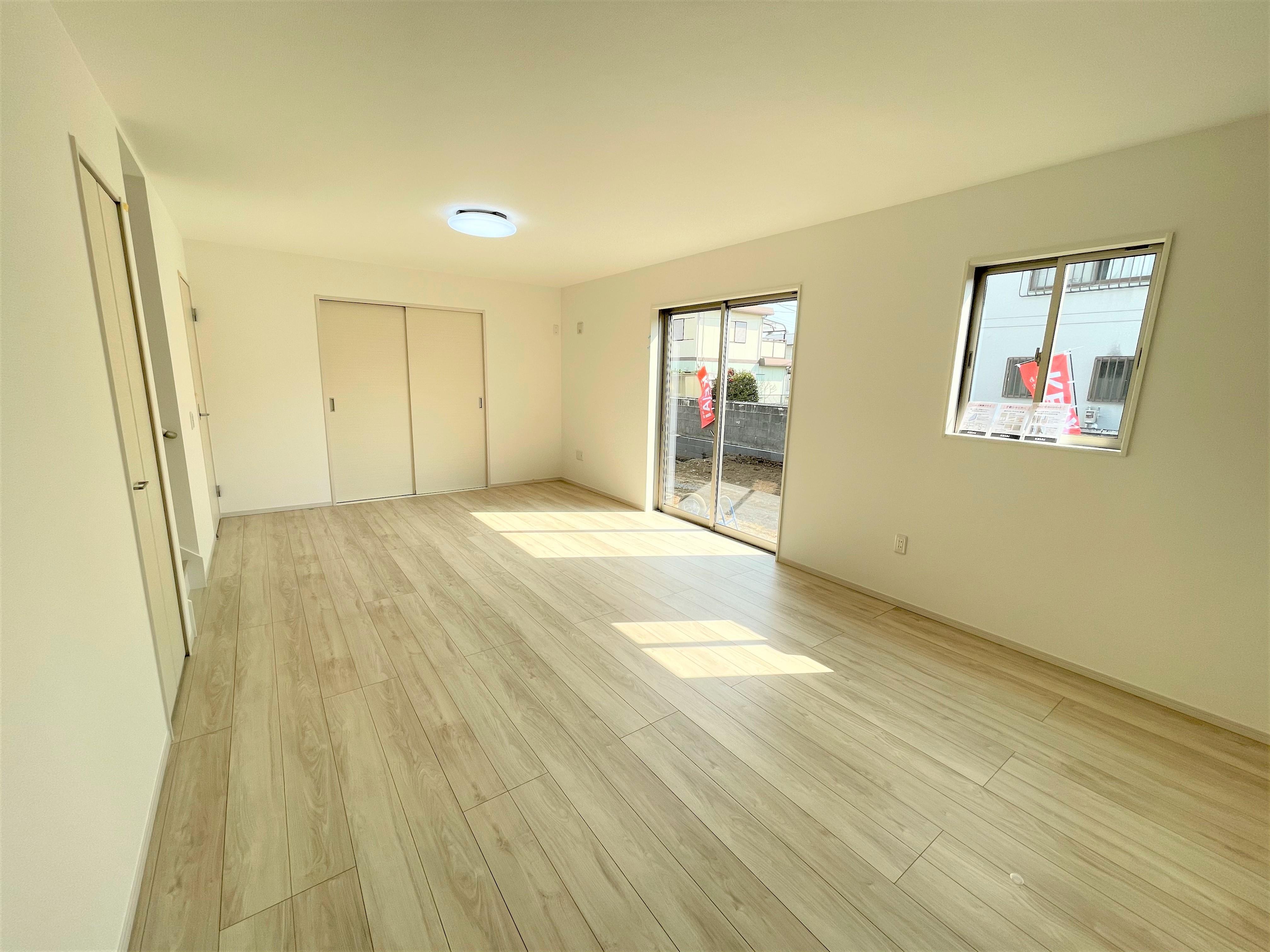 広々としているLDKはお隣の和室と合わせるとなお広くなり、様々シーンで大活躍。お隣の和室と合わせると24.5帖の大空間。和室と続き間のリビングです。襖を開ける事で、より開放的な空間となります。